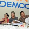 De entre los asistentes al evento se escogió a los miembros de la mesa electoral que se instaló para la simulación del sufragio.JPG
